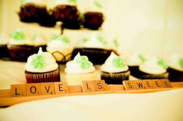 Non-traditional wedding cake- wedding cupcakes with Scrabble tile table decor