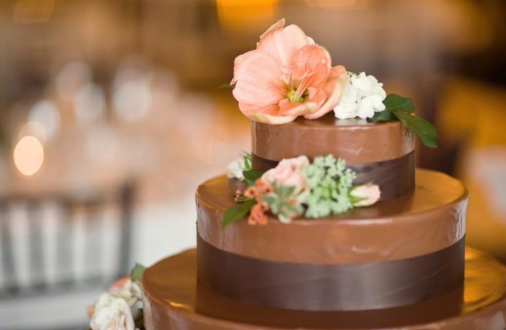 unique wedding cakes chocolate peach flowers