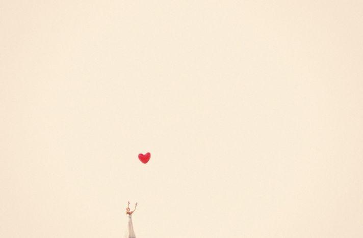 incredible wedding photography by Max Wanger bride flies heart shaped balloon